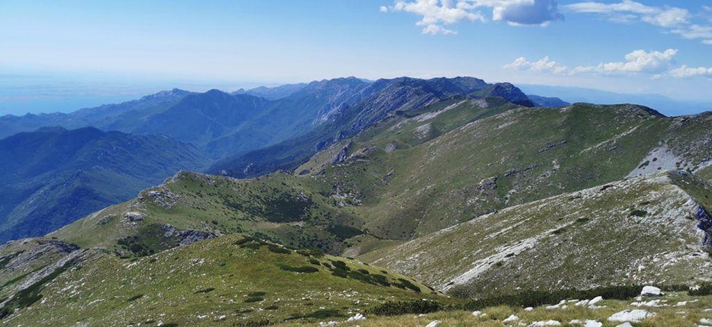 Pogled sa Svetog Brda na Vaganski vrh (planinarenje po Velebitu)
